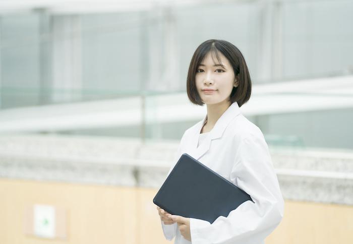白衣の女性 医療従事者