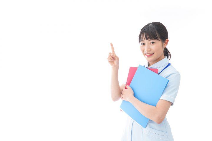 ナース服を着た若い笑顔の看護師